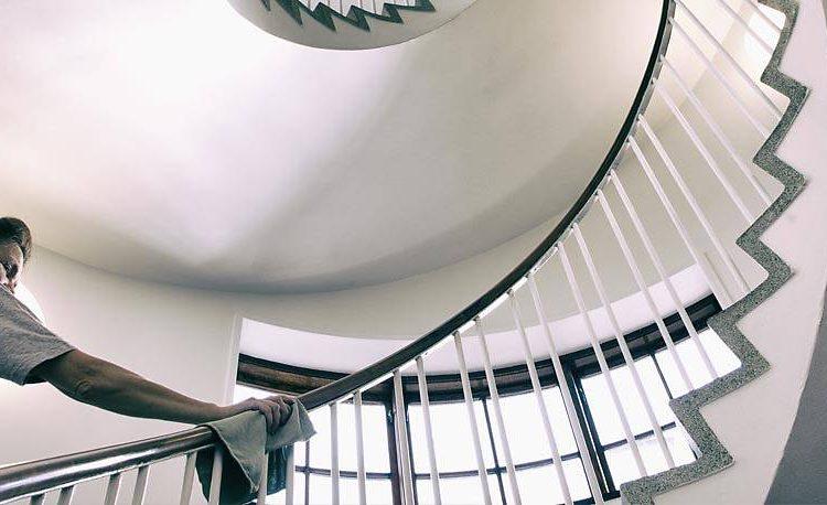 I dag skal vi tale om trappevask i København. Har du brug for at få hjælp til at vaske trapper i dit firma? I jeres boligforening?